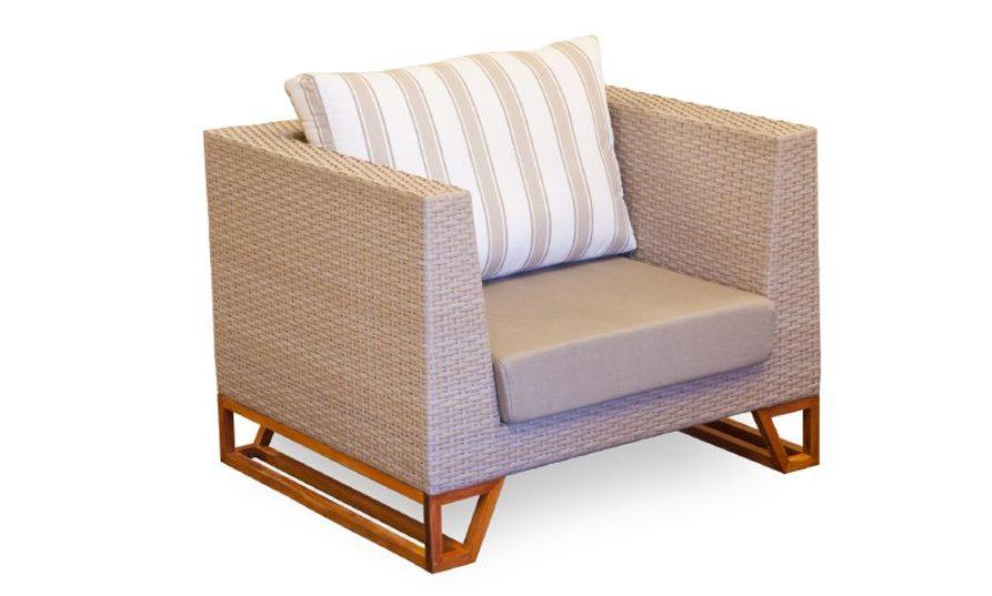 Poltrona Enzo, em fibra, tecido e madeira